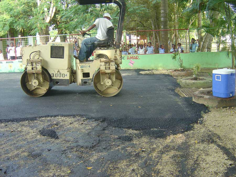 hombre asfaltando el suelo