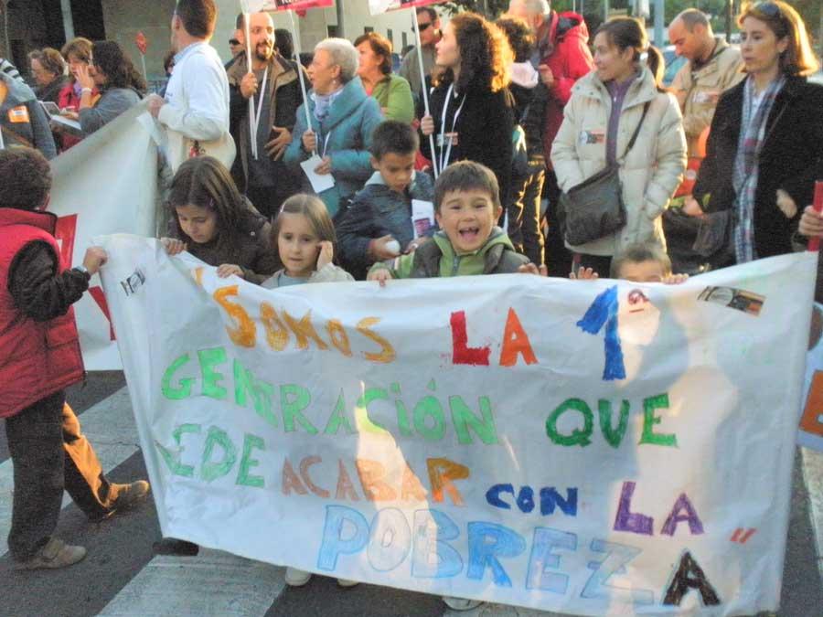 niños manifestándose en la campaña pobreza cero