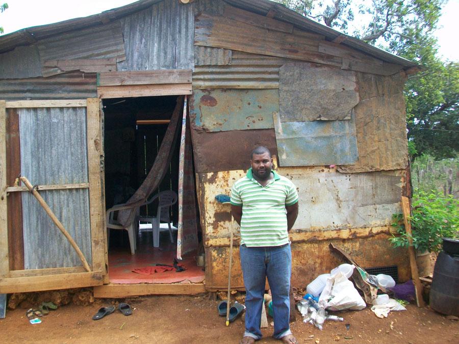 hombre mostrando su casa