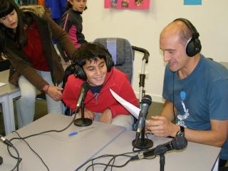 niño en un programa de radio